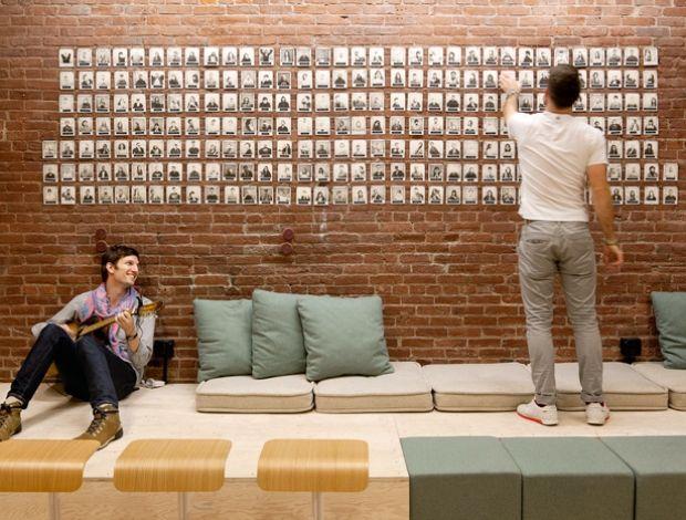 Homem tocando violão, homem colando foto na parede