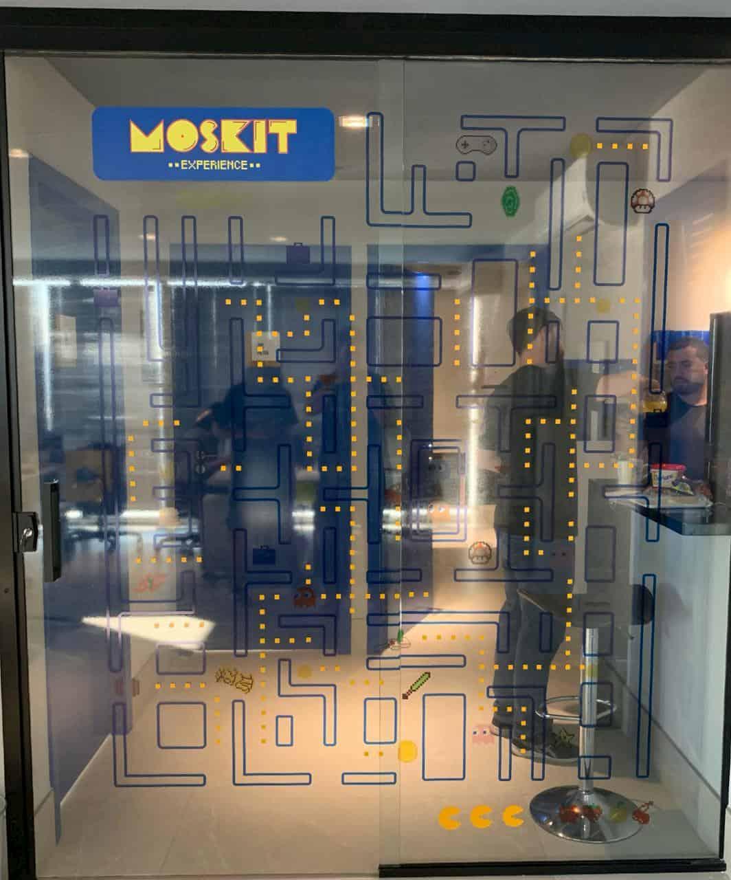 Aplicação adesivo em portas de vidro