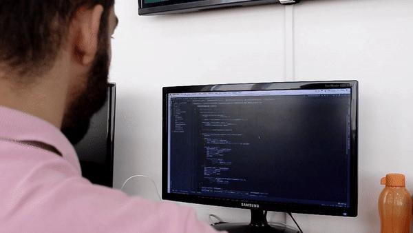 Homem analisando computador
